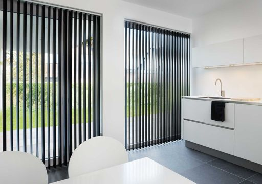 cortina vertical lamas negras